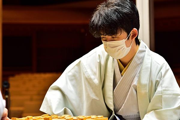 最年少二冠を達成した藤井聡太、収入はどれくらい?に関する画像